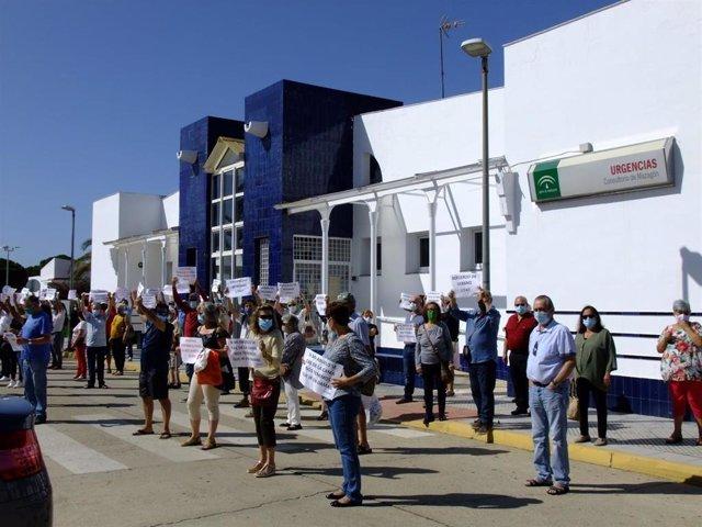 Imagen de la concentración este sábado ante el centro de salud de Mazagón (Huelva).