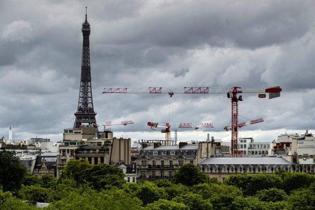 La Torre Eiffel de París al costat d'unes grues