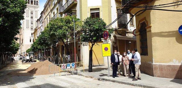 El delegado del Distrito Casco Antiguo, Juan Carlos Cabrera, visita las obras en calle Abades