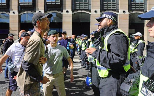 R.Unido.- Arrestado un manifestante por orinar al lado del memorial del agente f