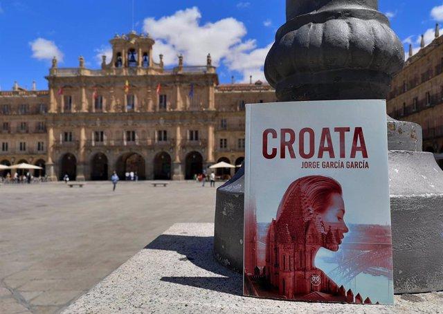 Foto promocional de la nueva novela en la Plaza Mayor de Salamanca.