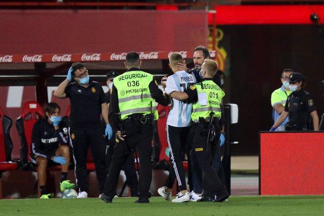 """Fútbol.- LaLiga anuncia """"acciones penales"""" contra el espontáneo que saltó al cam"""