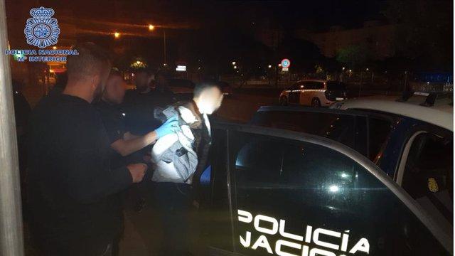 Detención de uno de lo jóvenes interceptado 'in fraganti'.