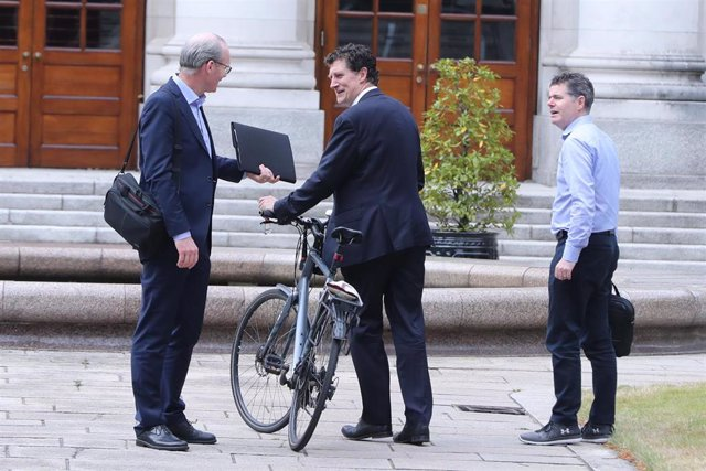 El ministro de Asuntos Exteriores de Irlanda, Simon Coveney (izqda); el líder del Partido Verde, Eamon Ryan (c); y el ministro de Finanzas y Gasto Público y Reforma, Paschal Donohoe (dcha).