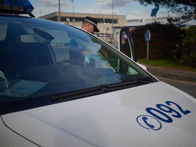 Un Policía Municipal de Pamplona comprueba datos de una persona identificada durante un control de movilidad realizado en Pamplona, Navarra, España, a 8 de mayo de 2020.
