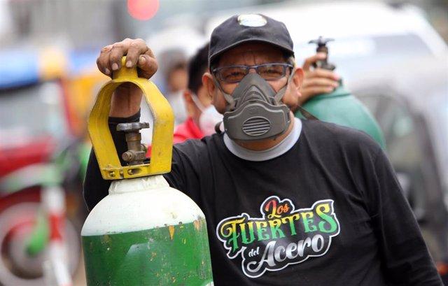 Un hombre hace cola para poder rellenar una botella de oxígeno en Lima, en plena crisis sanitaria provocada por la COVID-19.