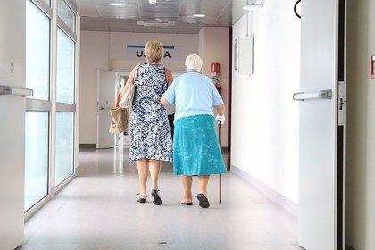 Caminar y levantarse de la silla reduce un 70% el deterioro funcional en ancianos hospitalizados