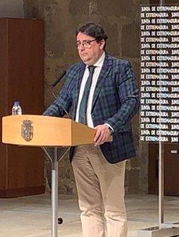 El vicepresidente segundo y consejero de Sanidad y Servicios Sociales de la Junta de Extremadura, José María Vergeles, en rueda de prensa en Mérida
