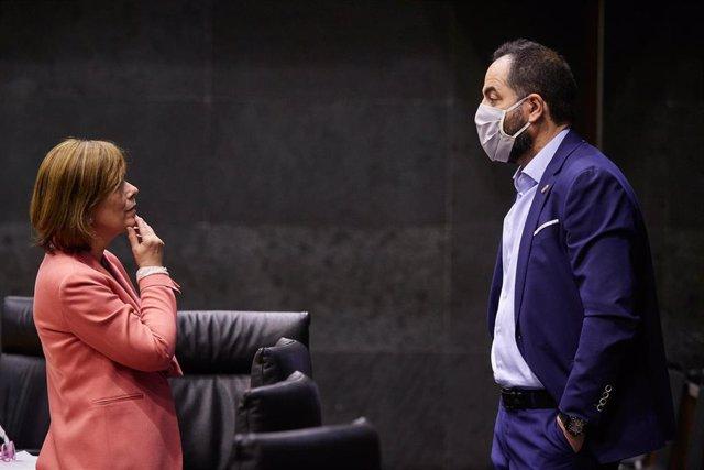 La portavoz de Geroa Bai, Uxue Barkos, y el portavoz parlamentario de PSN, Ramón Alzórriz, en el Parlamento de Navarra.