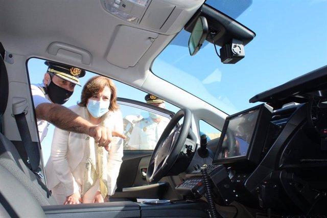 La delegada del Gobierno en Andalucía, Sandra García, conoce uno de los vehículos híbridos de última generación incorporados a la plantilla de la Policía Nacional