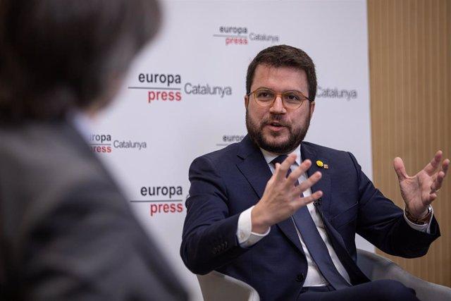 El vicepresident de la Generalitat de Catalunya i conseller d'Economia i Hisenda, Pere Aragonès (d), parla amb el delegat d'Europa Press de Catalunya, Jordi Fernández (e), durant una de les Trobades Digitals d'Europa Press.