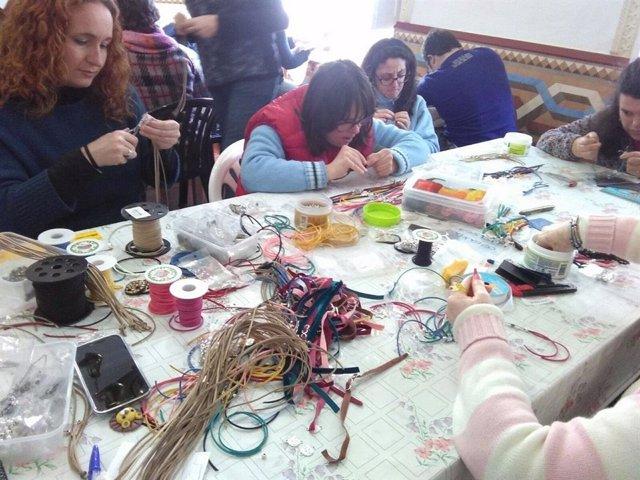 Taller artesanal con personas con diversidad funcional
