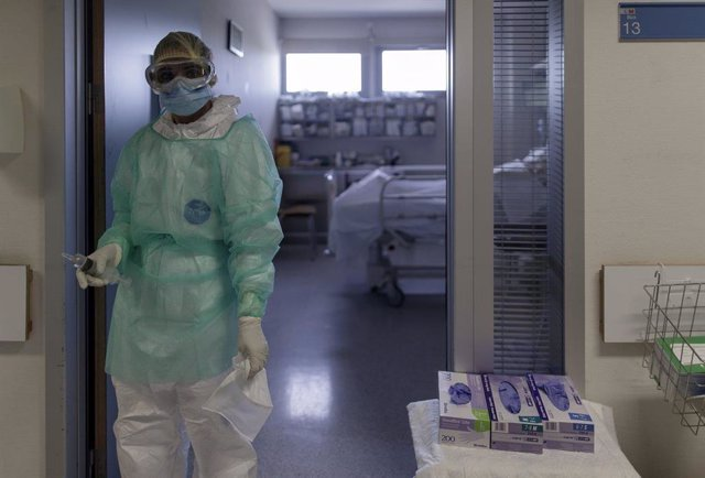 Un sanitario en la puerta de una habitación de la UCI