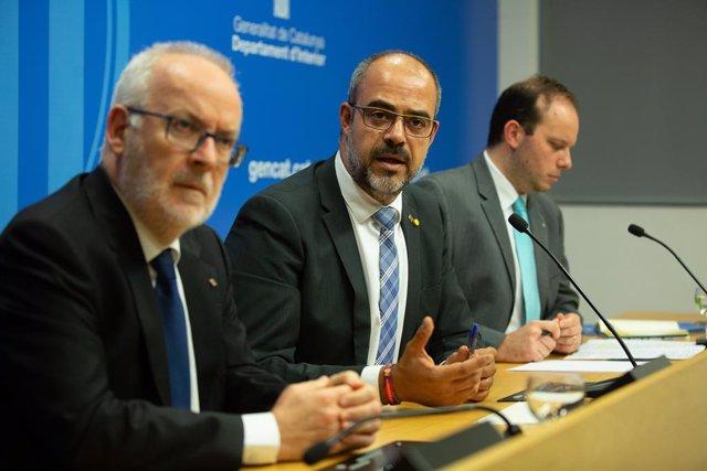 (I-D) El secretari d'Interior, Brauli Duart; el conseller català d'Interior, Miquel Buch i el director de la Policia, Pere Ferrer en una roda de premsa, a Barcelona (Catalunya/Espanya) a 17 d'octubre de 2019 (ARXIU)