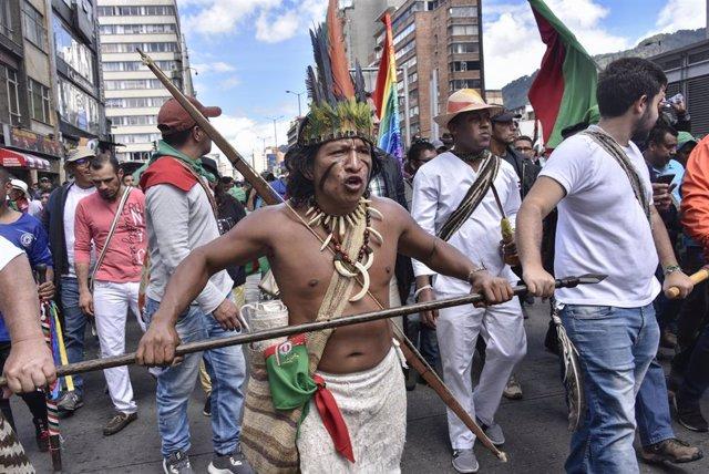 Indígenes en una protesta a Bogotà contra el Govern d'Iván Duc a Colòmbia (Imatge d'arxiu)