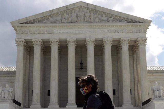 Una mujer con mascarilla pasa ante el Tribunal Supremo de Estados Unidos