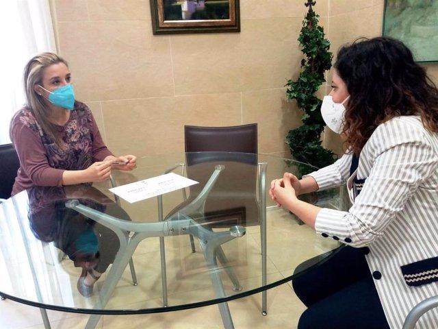 La alcaldesa de Alcalá de Guadaíra, Ana Isabel Jiménez, en una reunión sobre el Plan de Prevención de la Exclusión Social