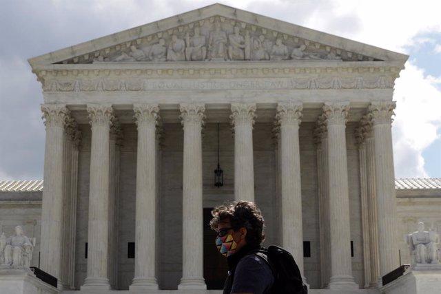 Una dona amb màscara passa davant del Tribunal Suprem dels Estats Units