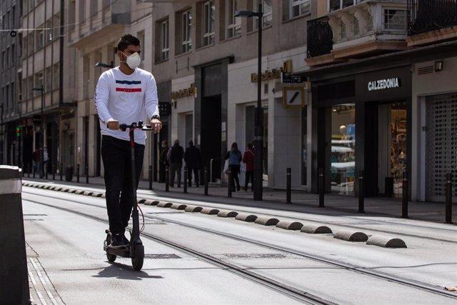 Una persona utiliza un patinete eléctrico durante el día 90 del estado de alarma