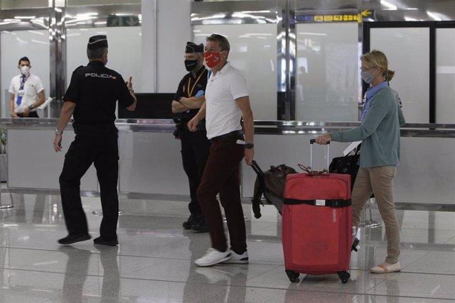 Dos viajeros procedentes de Alemania llegan al Aeropuerto de Palma de Mallorca