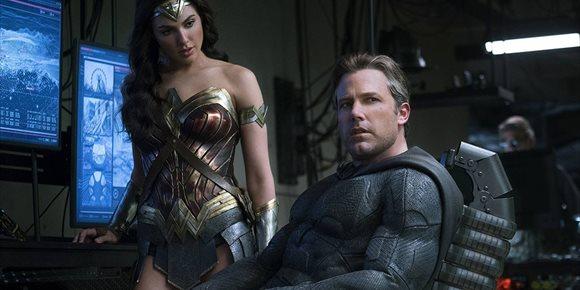 1. Wonder Woman (Gal Gadot) se pone la capucha de Batman en la Liga de la Justicia