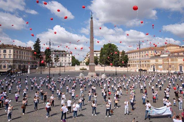 Coronavirus.- Italia suma un nuevo mínimo de decesos en tres meses e investiga u