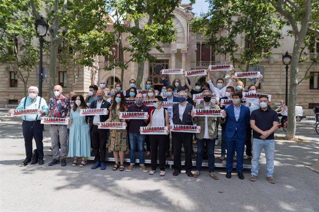Òmnium, partits, entitats i sindicats demanen la llibertat dels presos de el 1-O davant el TSJC