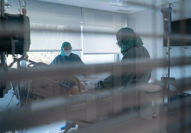 Profesionales sanitarios atendiendo a un paciente de COVID-19.