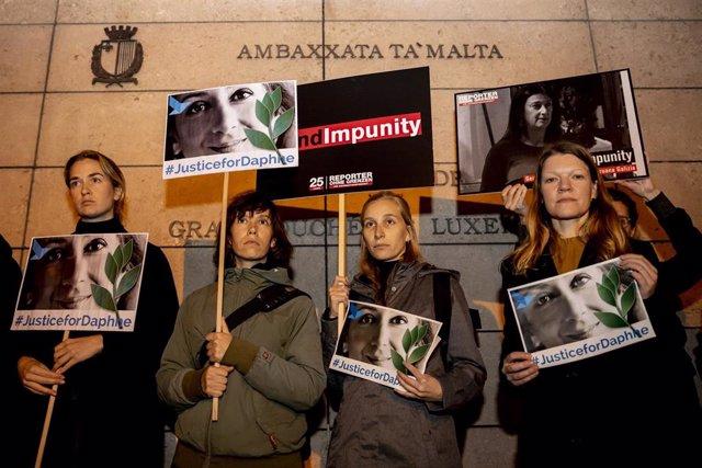 Vigilia celebrada en octubre de 2010 en Berlín, Alemania, para recordar y pedir justicia para la periodista malteas Daphne Caruana Galizia, asesinada por una trama que implicaría a varios miembros del Gobierno de la isla.