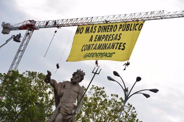 Acción de Greenpeace en la plaza de Neptuno de Madrid contra las ayudas públias a empresas contaminantes.