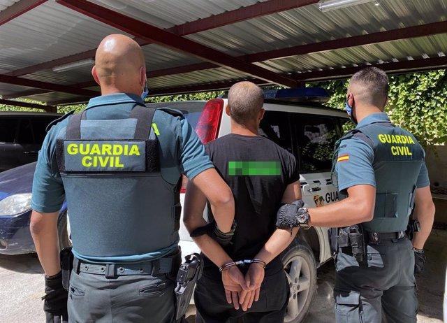 Imagen del detenido, escoltado por dos agentes de la Guardia Civil