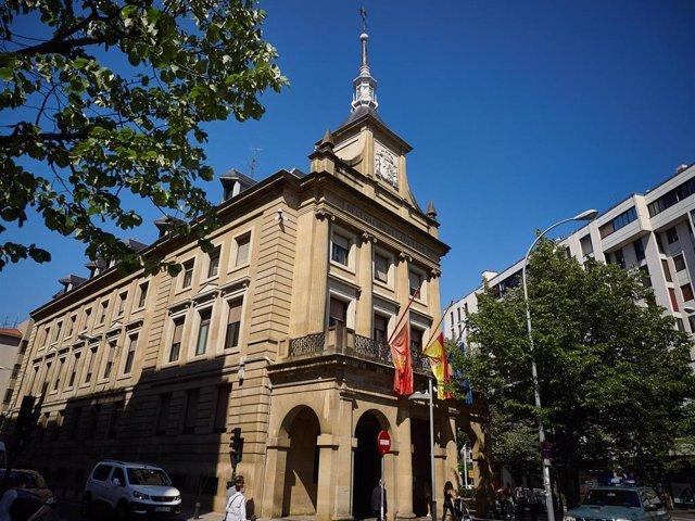 Bandera de España a media asta en la Delegación del Gobierno Central en Pamplona. Todas las banderas de los edificios públicos y de los buques de la armada ondearán a media asta en recuerdo a las víctimas del coronavirus. España ha entrado este miércoles