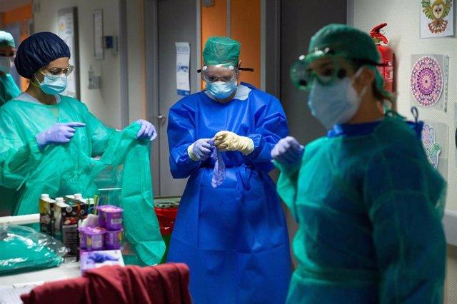 Enfermeras protegidas con mascarillas y gafas en el Hospital Povisa de Vigo, del grupo Ribera Salud.