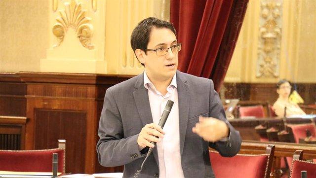 El conseller de Modelo Económico, Iago Negueruela, en el Parlament.
