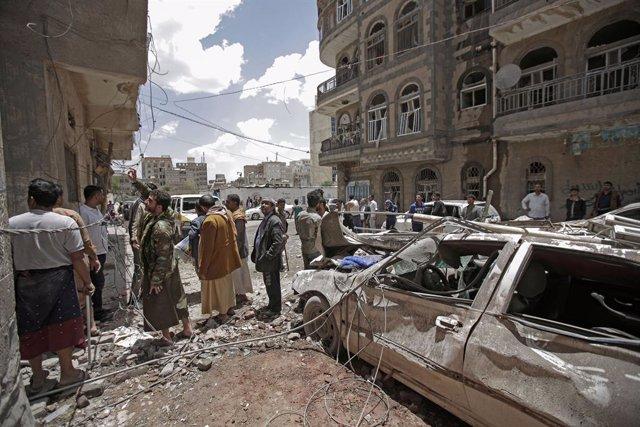 Yemen.- Los huthis denuncian la muerte de 16 personas en bombardeos de la coalic