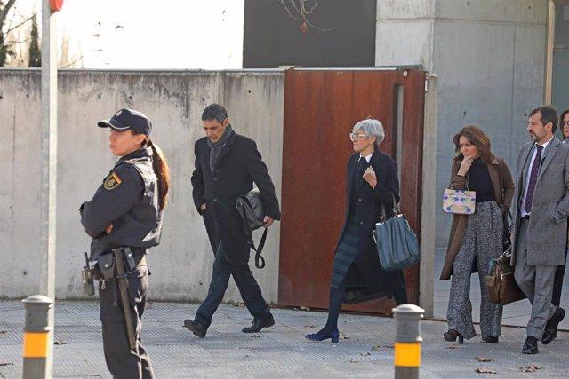 El mayor de los Mossos d'Esquadra, Josep Lluís Trapero (1i), y su abogada, Olga Tubau, en la Audiencia Nacional