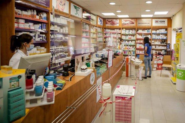 Una farmacéutica de la farmacia Iñigo de Juana trabaja en el mostrado. En Madrid, (España), a 3 de junio de 2020.