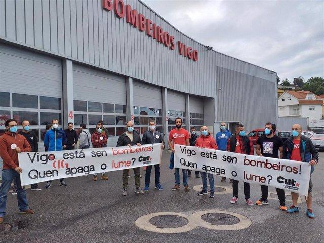 Colectivo de bomberos de Vigo, concentrados ante el parque de Teis, en protesta por la falta de efectivos suficientes en el servicio.