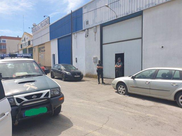 Intervención de agentes de la Guardia Civil en una nave del polígono El Torno en Chiclana