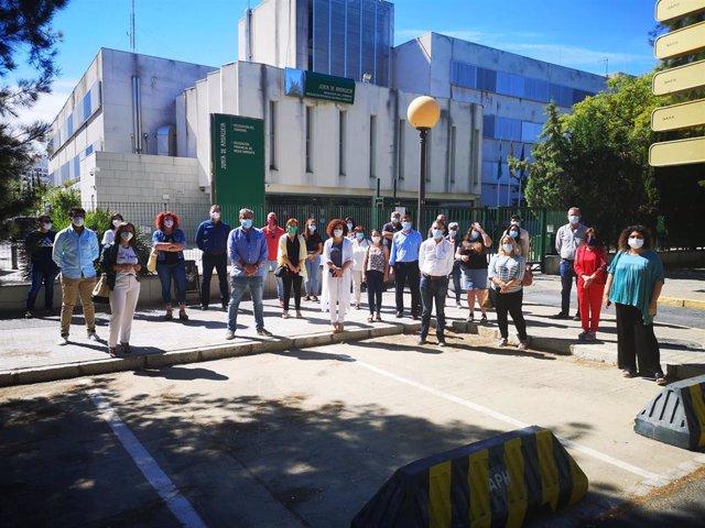 Alcaldes y representantes del PSOE se concentran ante la Junta para pedir más servicios médicos.