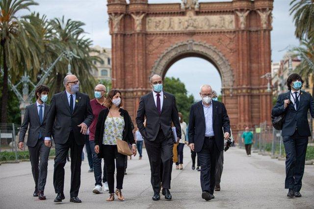 El conseller d'Interior de la Generalitat, Miquel Buch (3d), a la seva arribada al Tribunal Superior de Justícia de Catalunya (TSJC) amb la seva dona, Cesca Domènech (4d), on ha estat citat a declarar com investigat.