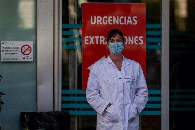 Una sanitaria en la puerta del Hospital Fundación Jiménez Díaz cuando en la Fase 1 de la desescalada continúan los aplausos en homenaje a los profesionales sanitarios y demás sectores que han sido esenciales durante la pandemia del coronavirus