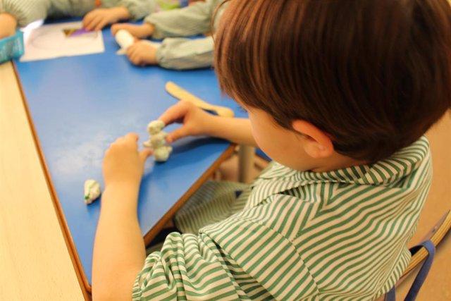Un niño hace actividades en un aula