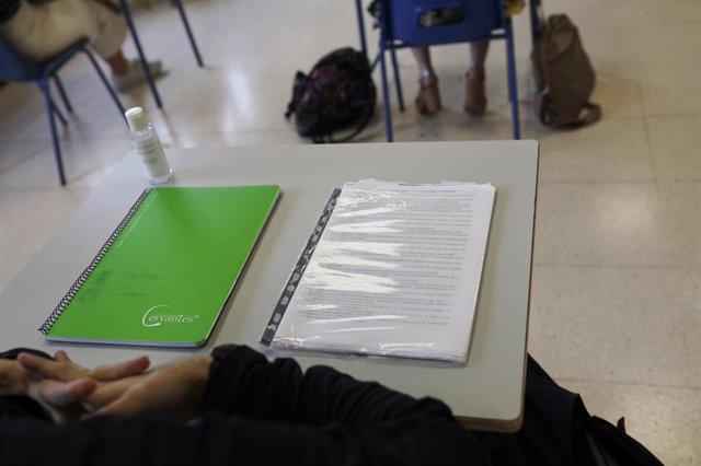 Cuadernos en una mesa de un aula de un colegio. Archivo
