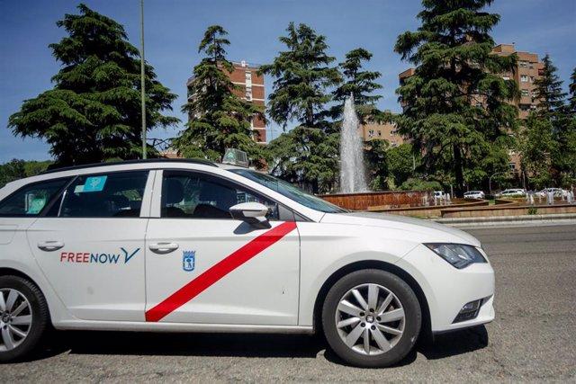 Un taxi circula por Madrid