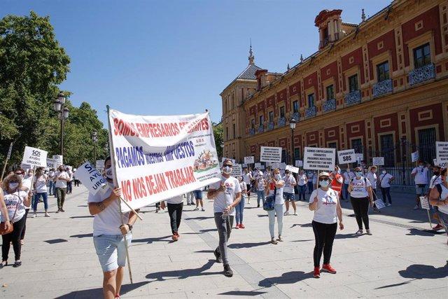 Imagen de la concentración de feriantes de Andalucía ante el Palacio de San Telmo.