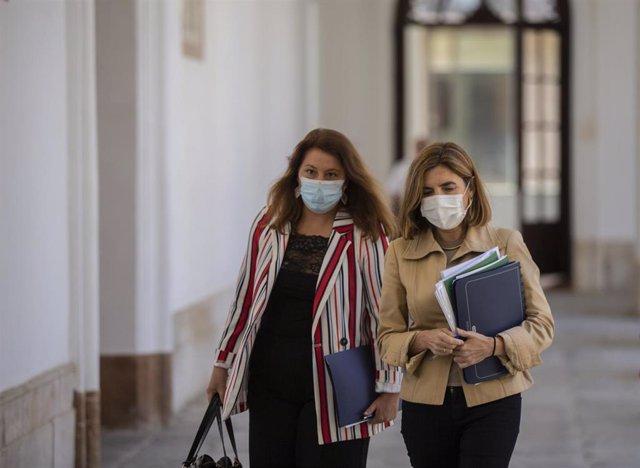 La consejera de Empleo, Rocío Blanco (d), y la consejera de Agricultura, Carmen Crespo (i), a su llegada a la rueda de prensa tras la reunión del Consejo de Gobierno de la Junta de Andalucía