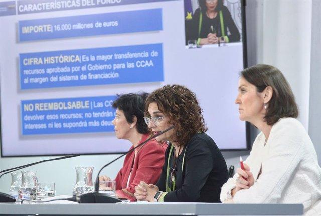 (I-D) La ministra de Educación y Formación Profesional, Isabel Celaá; la ministra portavoz y de Hacienda, María Jesús Montero; y la ministra de Industria, Comercio y Turismo, Reyes Maroto.