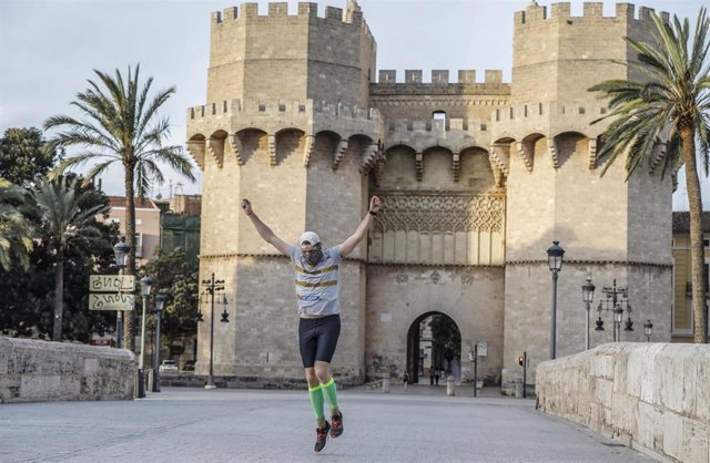 Un hombre corre en el primer día de salida en Valencia tras 48 días en casa por el coronavirus, en que los adultos pueden salir a pasear y a hacer deporte, en  Valencia / Comunidad Valencia (España), a 2 de mayo de 2020.