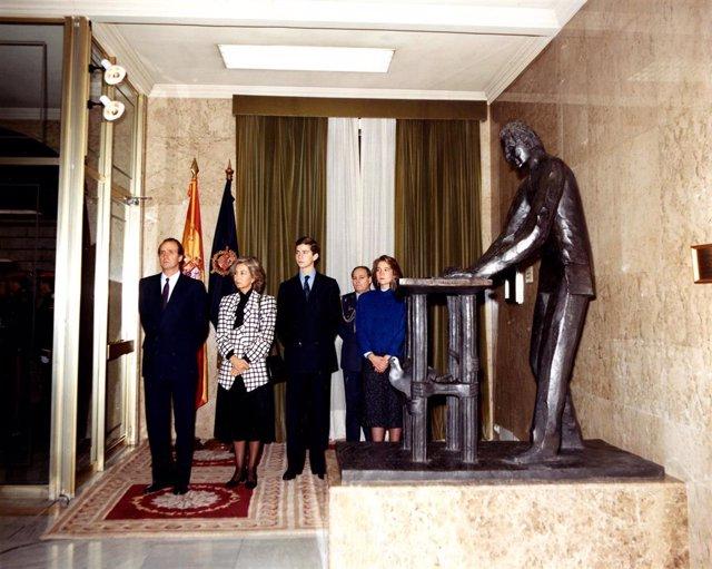 Escultura de Juan Carlos I firmando la Constitución de 1978, el día de su inauguración en el Congreso